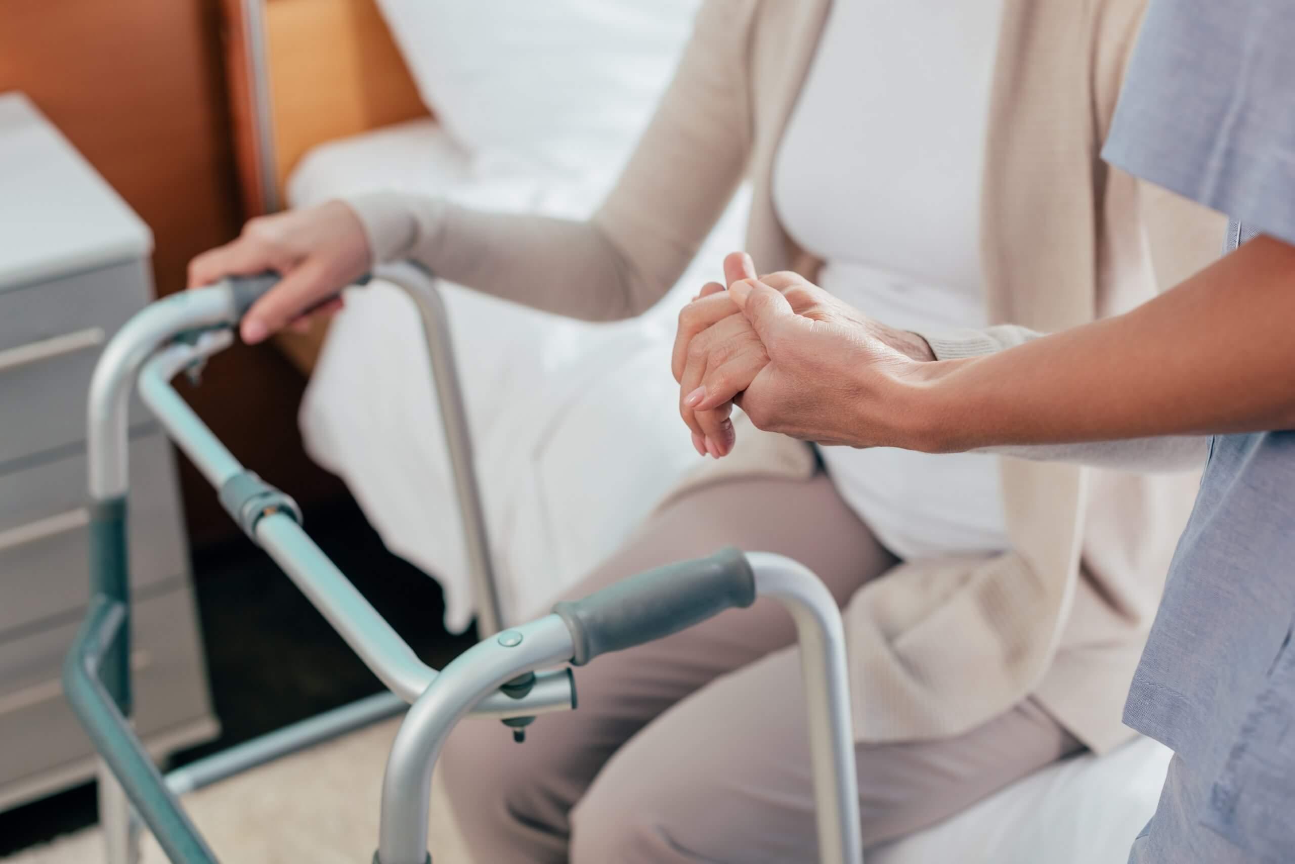 На какую помощь младшего медперсонала может рассчитывать роженица?